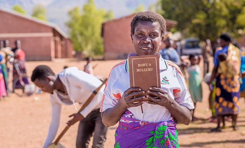 La traducción de la Biblia llega a 700 idiomas